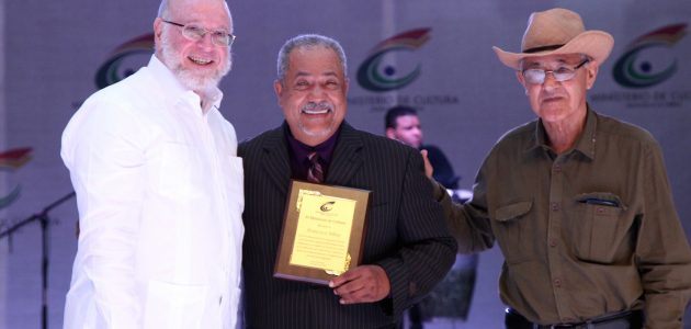 Francisco-Ulloa-recibe-placa-Ministro-Verges-y-Rafael-Chaljub-Agos-16-2017-630x300